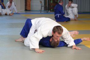 debutant en jiu jitsu position montée technique de base