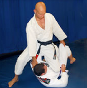 technique jiu jitsu genou poitrine knee mount on belly